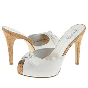 Однако, следует отметить, что белые туфли и белые босоножки - немного капризная обувь