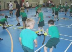 Английские дети занимаются бадминтоном